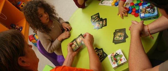 Ludothécaires, adultes et enfants jouant ensemble